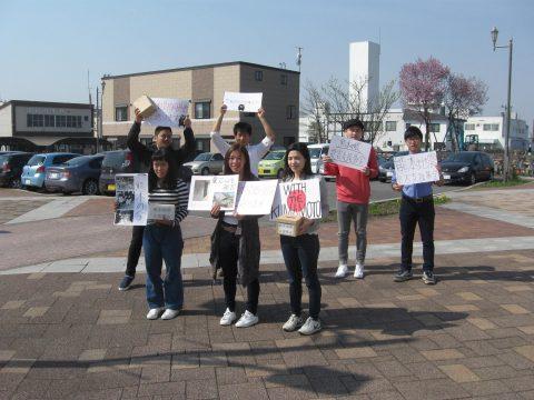 【画像】国際学部生と短大生の駅前での募金活動です