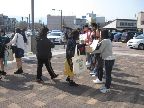 【画像】JR通学の保育学科の学生も進んで募金してくれました