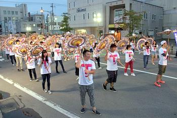 【画像】全員が傘をしゃんしゃんと回すと迫力満点!!
