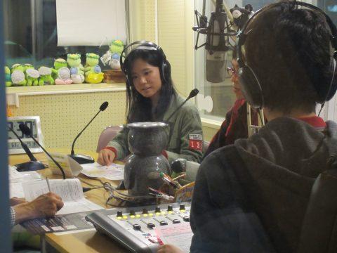 地域のFMラジオにゲスト出演してPRする学生スタッフ