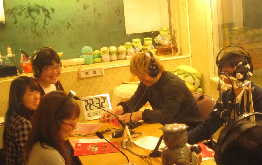 空知地域のFMラジオにゲスト出演しPRする学生スタッフたち