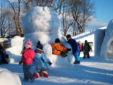 拓大チームの雪像に集まる子供たち