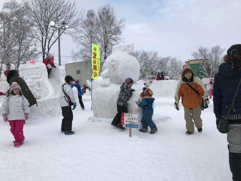 拓大チーム雪像に集まり遊ぶ子供たち