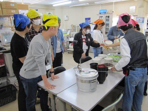 施設にて利用者とともに昼食準備