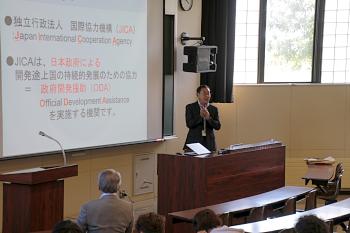 JICA札幌の小畑所長からJICA・ODAの仕事について講演を受けました。