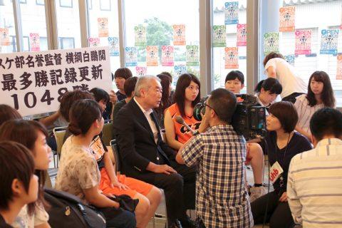 テレビ局のインタビューを受ける篠塚学長