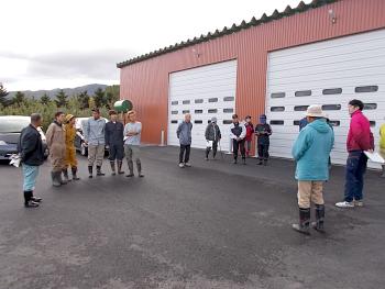 林果樹園倉庫前で黒瀬普及員の開会後挨拶