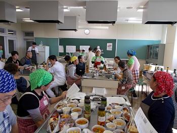 食事の準備が出来ました。梅野さんから食材の説明です