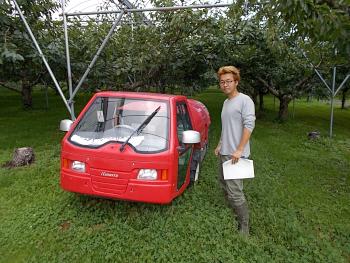果樹園にあったスピードスプレヤー(果樹用自走式防除機)と記念撮影