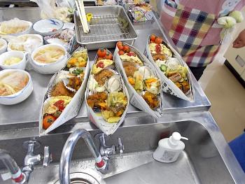 新聞紙のお皿や広告用紙を使ったお皿に盛りつけていきます
