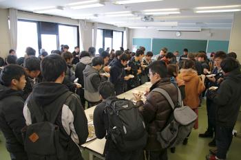学生達も一斉に試食タイムです