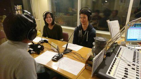 地域のラジオに出演しPRする学生
