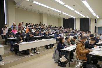 会場は学生や一般参加者で満員です