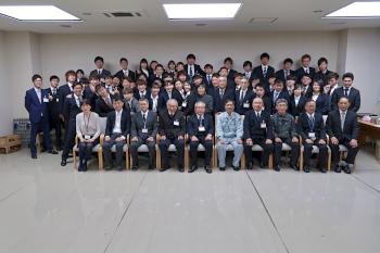 発表会が終了し学長を中心に記念写真です