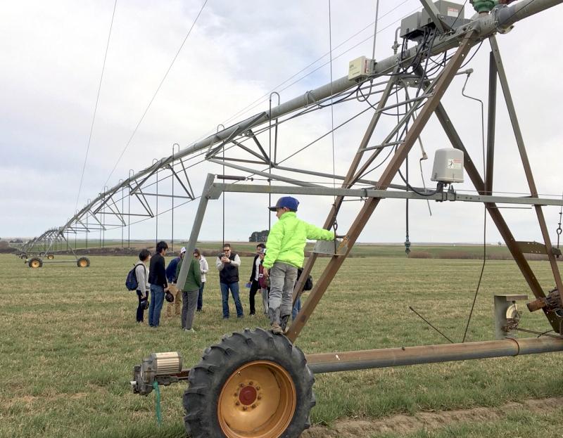 視察農場の回転式の大型スプリンクラーです