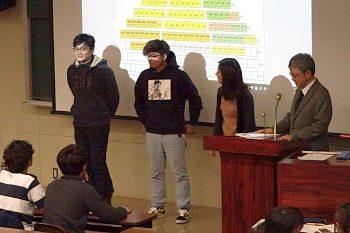 報告会の開会です。3人が壇上で挨拶