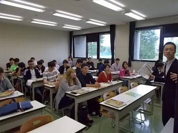 約30名の在学生が熱心に耳を傾けていました