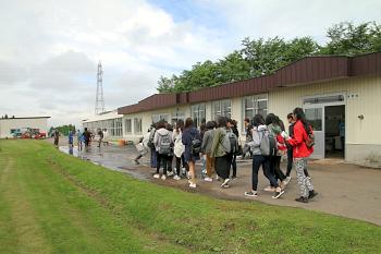 教室から出て圃場に移動です。途中花き実習中の学生と会いました。