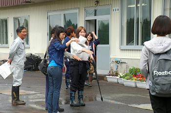 花き実習中の国際学部生と中国語で交流です。