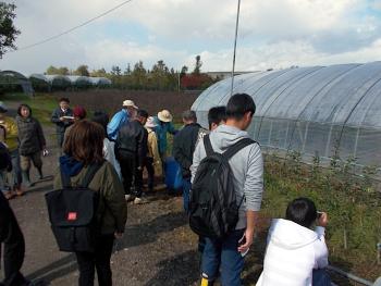 林果樹園で栽培講習会が始まりました。果樹の苗木を初めて見る学生がほとんどです。