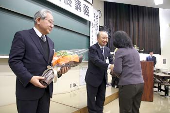 両先生に花束の贈呈です
