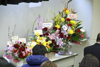 会場には多くの卒業生、職員から花が届きました