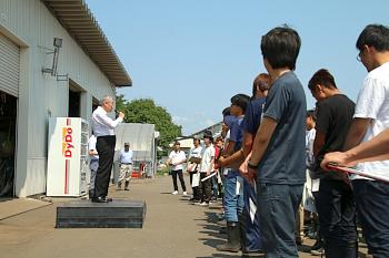 晴天の中篠塚学長の開会の挨拶