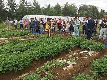 帯広畜産大学圃場で秋本先生から説明を受ける