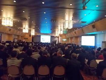約300人が参加したの大盛況の会場