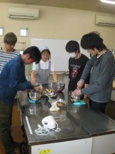 先ず、米粉を使うシフォンケーキづくり開始