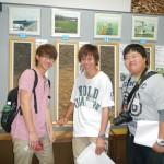 52 上士幌のモノリスを背景に撮影