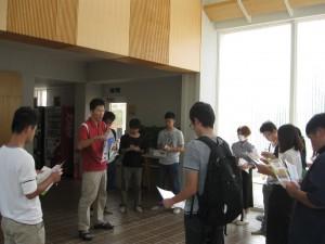 花・野菜技術センターホールで黒島主査から試験場の役割の説明を受ける。