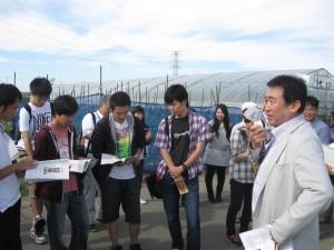 オホーツクシーラインの山田さんからサツマイモ商品の販売について説明を聞く