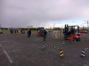 フォークリフトの実技練習です。天候は曇りですが風が冷たい。