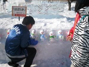 子どもたちとともに、まごころ雪だるま作成