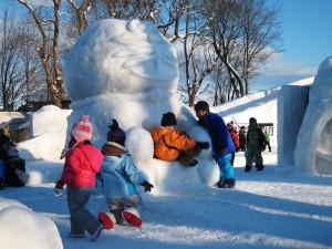 雪像ドラえもんと子どもたち